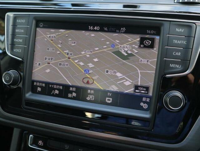 8インチタッチパネルの純正ナビゲーション「ディスカバープロ」。フルセグTV、CD、DVD、SDカード、Bluetooth、App-Connectなどの機能を搭載しています。