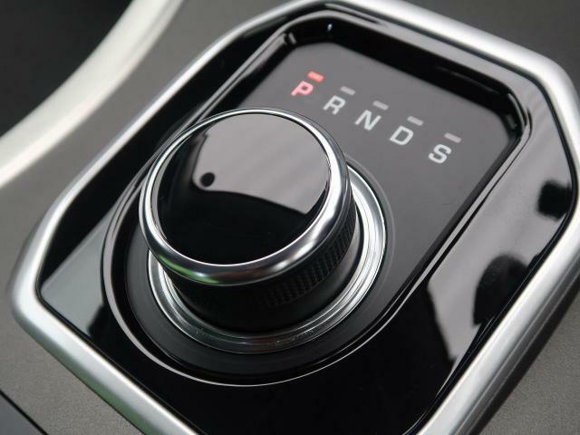 ドライブセレクター・ロータリーシフターでございます。イグニッションをONにするとセレクターが浮かび上がってきます。エンジン停止時は格納されます。