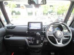 高い着座位置と大きなフロントガラスのお陰で視界良好の運転席です♪