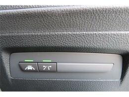 追突軽減システムが付いております。自動車が障害物を感知して、衝突の可能性がある場合、運転者へ警告音を発したり、衝突の可能性が高い場合、ブレーキの補助操作を行い、減速して衝突被害を軽減するシステムです。