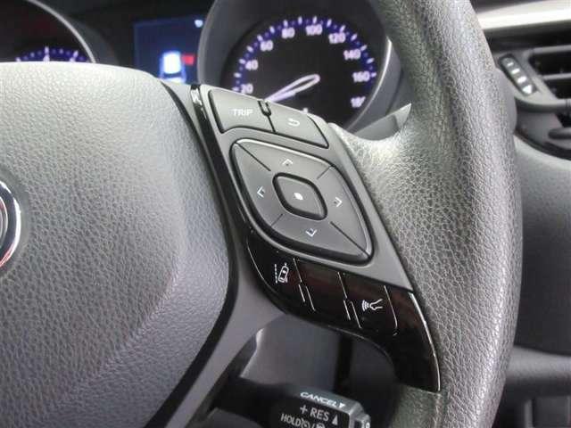 右側のステアリングスイッチの操作でメーター内のマルチインフォメーションディスプレイへ多彩な運転情報を表示!