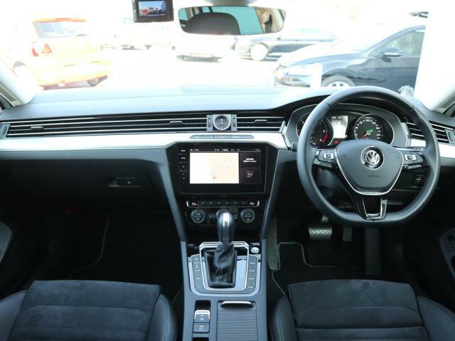 上級車のムードが存分に味わえるインテリア。ブラックを基調した内装は上品かつスポーティ、そして飽きのこないデザインです。