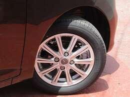 タイヤサイズは155/65R14になり社外アルミもはいてます。