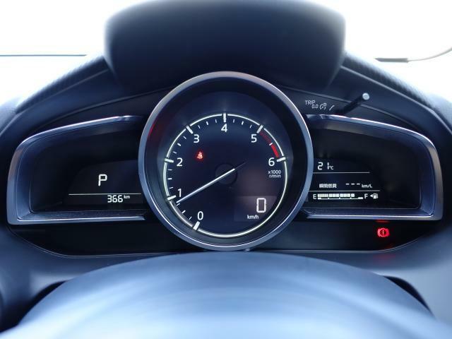 大型円形メーターを中心とし、左右にウィング状のディスプレイを配置したメーターパネル。ドライバーへ中心軸を意識させ、「どこまでも走っていきたい」と思わせてくれるデザインです。