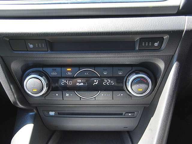 運転席と助手席それぞれに温度設定のできるフルオートエアコンを標準装備。季節やシーンを問わず快適な室内環境を提供します。また、冬には嬉しいシートヒーターを装備しています。