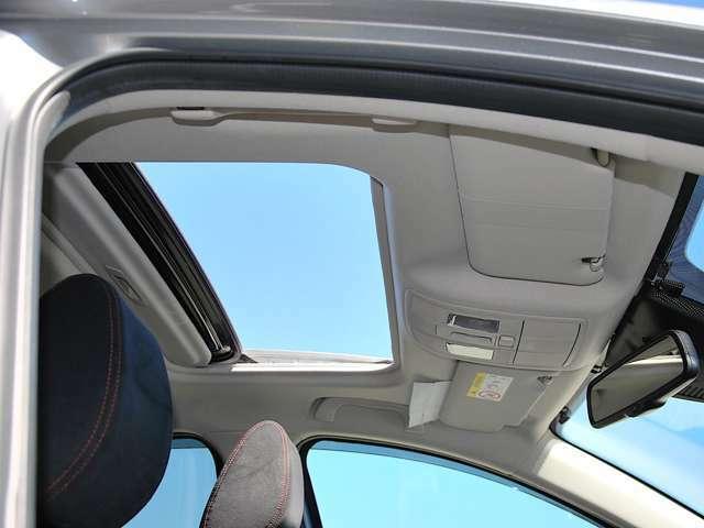 解放感があり青空を楽しんでください。チルトアップ付き電動スライディングサンルーフ。