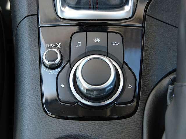 運転姿勢を崩すことなく操作のできる「コマンダー・コントロール」 センターディスプレイに表示される項目すべてを操作できます。