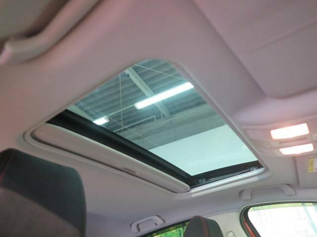 【サンルーフ】ボタンひとつで開閉可能!開放感たっぷりのサンルーフが装着されています!車内に明かりを取り入れたり景色を楽しむ以外にも、よどみがちな車内の空気も簡単に換気できて快適です!