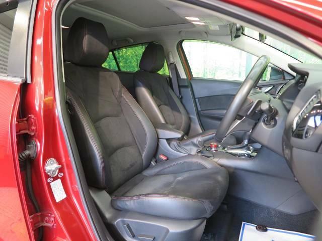 【合皮レザーシート】汚れのふき取りが容易でメンテナンスもが簡単な、機能性に優れる合成皮革を採用した上質なシートです。座り心地もよく、高級感あふれる心地良い車内空間を演出してくれます。