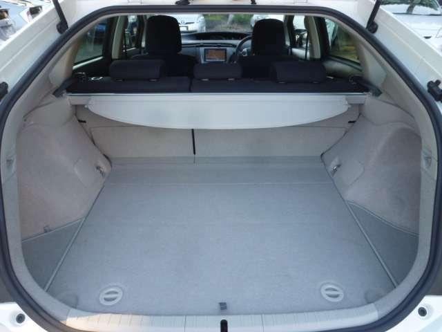 荷室廻り!汚れ・キズ等もなく良好な状態です!5名乗車の際でも十分な積載スペースを確保しております!!