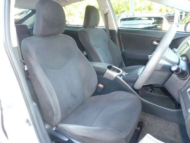 フロントシート!汚れ・タバコのこげ穴等もなくクリーンな状態です!運転席側シートへは座面の高さをレバー操作にて調整可能なシートリフターを備えております!!