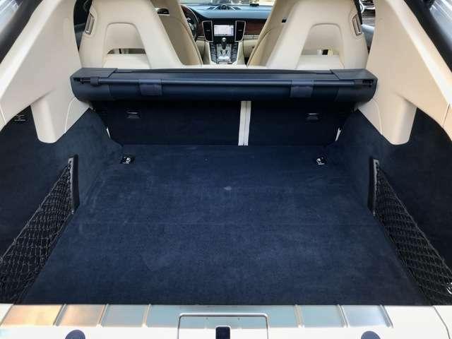 このままでも広いトランク、後席を倒すとゴルフバッグも余裕です。