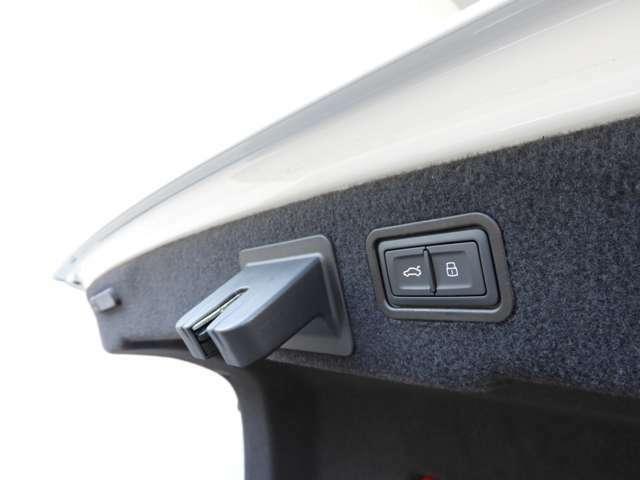 【電動トランクゲート】リアゲートはスイッチ一つで電動開閉可能。スーマトに荷物の出し入れができます。