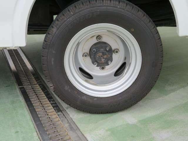 リアタイヤはダブルタイヤになります、荷台の床面がフラットですので荷物の積載性が良いです。