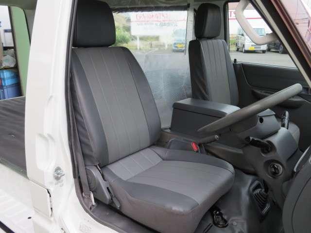 運転席座面は新品に張り替え済です、当店スタッフが丹念にクリーニングしていますので、車内は嫌なニオイや汚れが有りません。更に禁煙車ですので女性の方にもお勧めです。