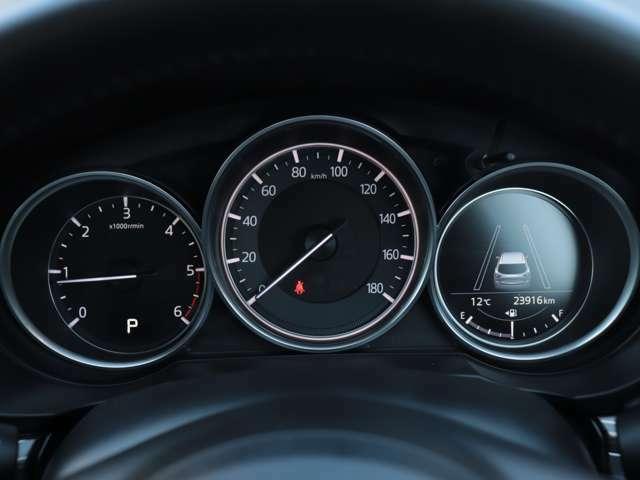 スピードメーター、タコメーターが装備されております。その他お車の情報もメーター内から確認することが可能です☆