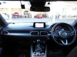 インパネは運転中に、操作がしやすい様にスイッチ類を配置しており、安全性にもつながってます。