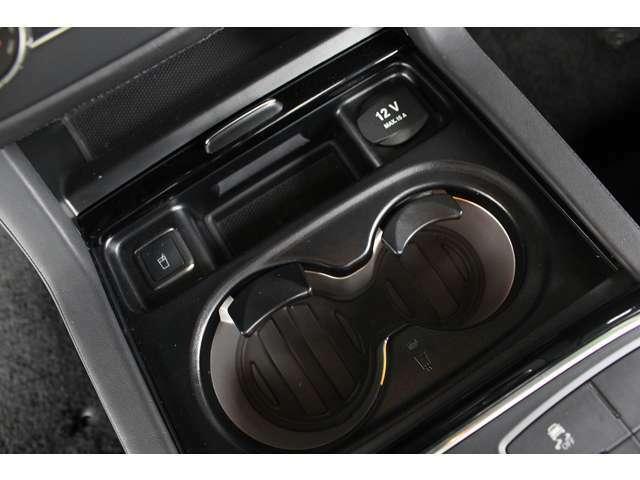 ■前席のドリンクホルダーには冷温機能が備えられております!■ボタン1つで冷温が切り替えできます!■