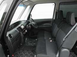 運転席・助手席の様子です。ベンチシートなので助手席と運転席の移動が楽々!