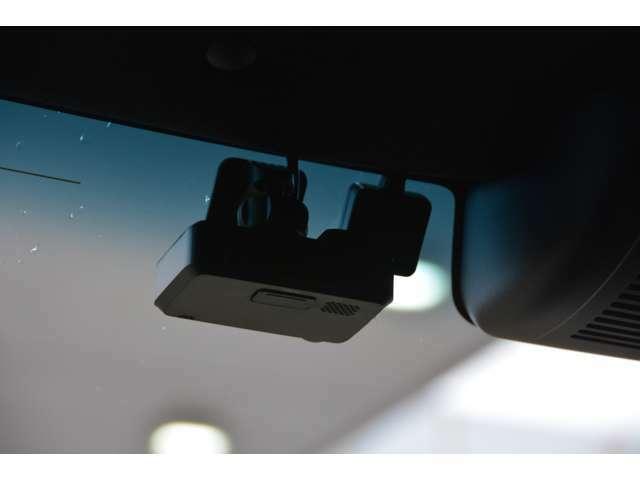 フルハイビジョン(1920×1080)録画。ナビ連動なので、ドライブレコーダーの操作がナビ本体のモニターでできます。記録した映像をその場で確認したり、設定や操作がスムーズに行えます。駐車録画機能付き。