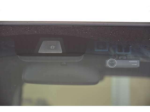 Aプラン画像:フルハイビジョン(1920×1080)録画。ナビ連動なので、ドライブレコーダーの操作がナビ本体のモニターでできます。記録した映像をその場で確認したり、設定や操作がスムーズに行えます。駐車録画機能付き。