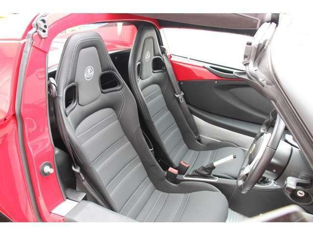 運転席・助手席ともにバケットシートです。