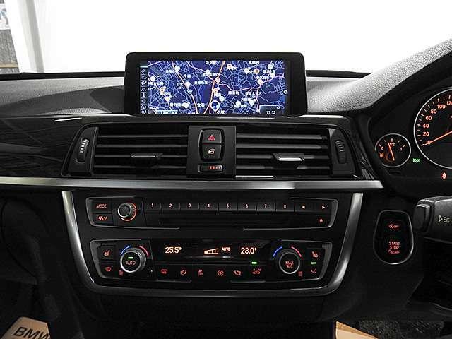 CDプレーヤー付き2ゾーンオートエアコン。運転席と助手席で温度調整可能。