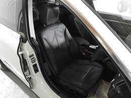 レザーシート&シートヒーター&シートメモリー付き電動調整パワーシート搭載