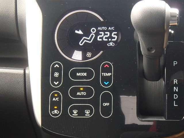 液晶モニター付きのエアコンです。設定温度も目で確認できるので、便利ですよ。