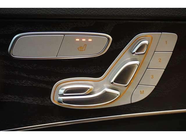 運転席にはメモリー付きパワーシートを装備。シートポジションを電動で調整可能です。さらにシートやドアミラー・ハンドルの位置を3セットまでメモリーでき、ボタンを押すだけで呼び出せます。
