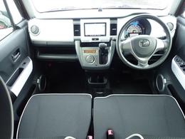 白基調のシンプルな内装です。運転席回りがスッキリしていて意外と広いので乗り降りもしやすく、お掃除などのお手入れも楽ですよ。