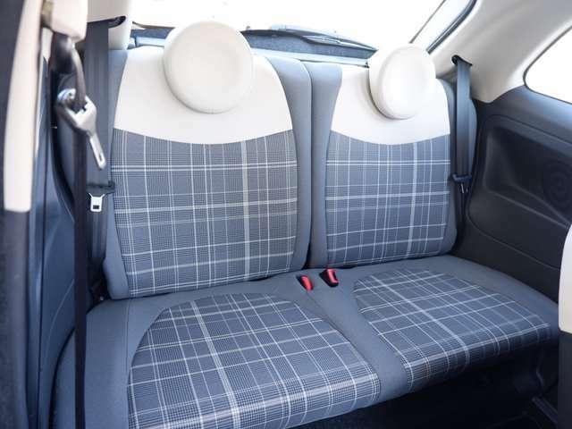 コンパクトながらも後部座席は実用的な広さを確保しています。