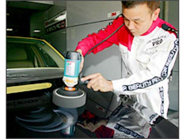 Aプラン画像:丹念な洗車による鉄粉の除去と細部の洗浄、研磨による塗装面の光沢復元、そしてカー・ビューティー・プロならではの高性能コーティング剤を専門技術を習得した経験豊富なスタッフがボディー表面に施行します。