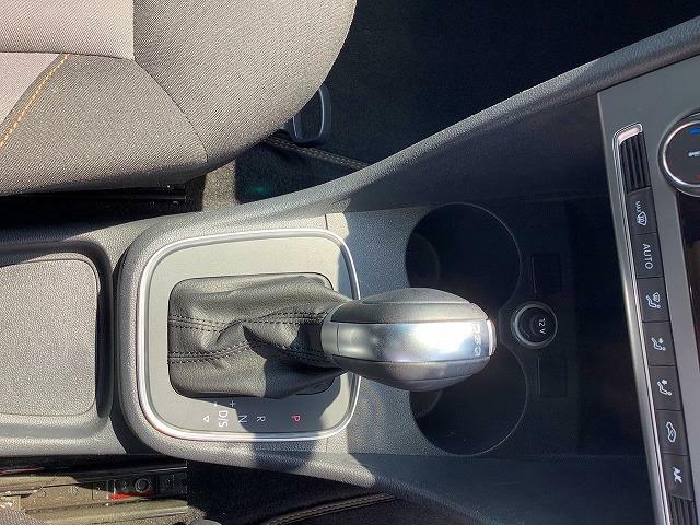 7速DSGトランスミッション。2つのクラッチを持ち、切れ目ない滑らかな加速を実現する新世代のトランスミッション。レーシングドライバー並みのシフトチェンジを実現。高い伝達効率により燃費の向上にも貢献します。