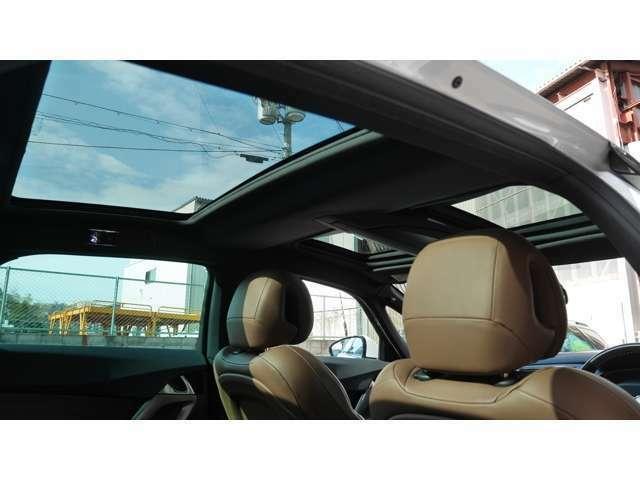 「コックピット・ルーフ」と名付けられた象徴的なこのガラスルーフは、運転席、助手席、後席に3分割され、それぞれにサンシェードを装備、ルーフコンソールのスイッチで開閉し取り込む光を調節することが