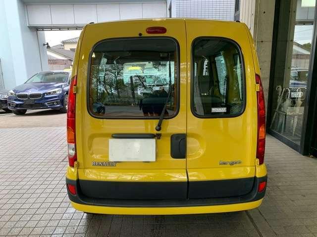 カングーの代名詞ともいえるダブルバックドアです。狭い駐車場でも安心して使えます。