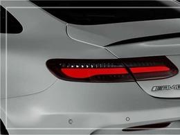GLE43専用AMGスタイリングパッケージ(ナイトパッケージ含む)にブラック塗装が施された純正21インチアルミホイールが迫力有るエクステリアを演出!! SUV特有の使用感はとても少なく心地よい禁煙の室内は