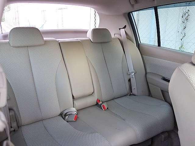 後部座席もゆとりがあって5人定員乗車でストレスなくお乗りいただけます。