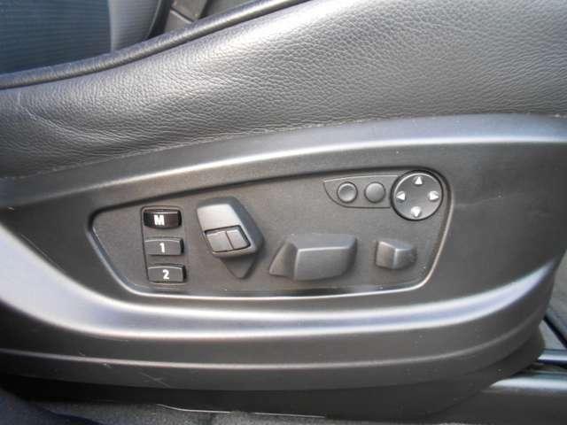 運転席と助手席には、20wayに調整可能なシートがオプションで装着されております。メモリー機能もついているので、お好みのポジションを見つけて記憶させ、快適なドライビングをサポートしてくれます。