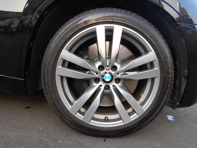ホイールには純正20インチが装着されており、タイヤは2018・2020年製のブリジストンのランフラットが装着されております。H&Rのサスペンションが装着されており、3cmほど車高が低くなっております。