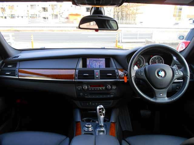 後部座席から見たインテリアです。さすがMと言わんばかりの、ラグジュアリーかつスポーティーなデザインです。前後シートヒーターや前シートベンチレーション、ステアリングヒーターも備わった快適装備です!