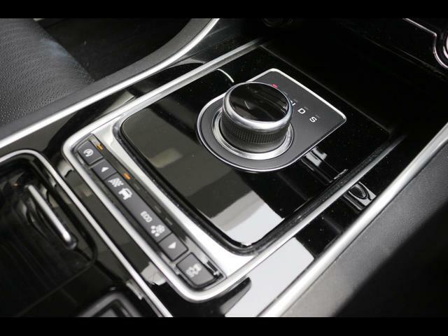 丸いセレクターレバーと下のボタンは矢印で車両モードを設定できます