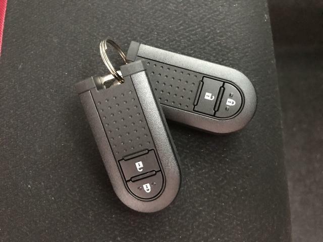 鍵をバッグに入れたままドアの施錠開錠が簡単!女性は車の鍵をバッグに入れて持ち歩く人が多いので便利♪小さいお子様のいるママにとっても、子供を抱いたまま簡単にドアが開けられるので嬉しい機能!