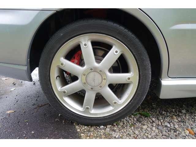 タイヤはポテンザ050で 2018年製 約8mmあります。まだまだお使いいただけます