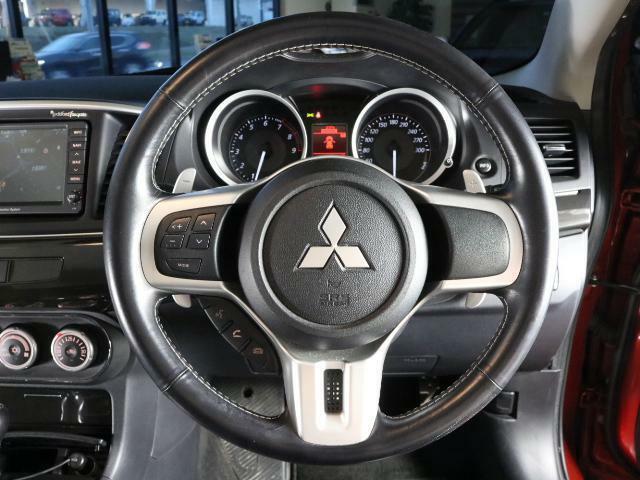運転席はシンプルですがステアリングスイッチなど装備が充実!!