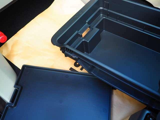 助手席下の収納は、深さを2段階で変えることができます。