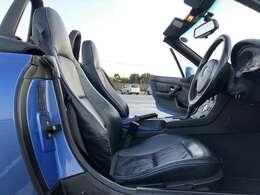 限定車の特別装備ブルーパイピングの本革電動シート!運転席側に多少の擦れがありますが、年式の割に綺麗な状態!