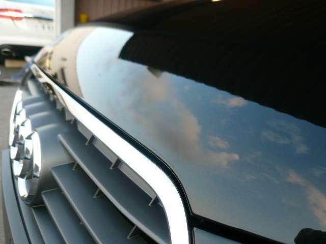 ■コーティング完了 磨き作業によって磨き上げられた塗装面にフッ素系ポリマーを焼き付けていきます。専用の機材を使用し、ムラなく均一な仕上がりとなります。仕上がりはご覧のとうり雲まで映り込む仕上がり。