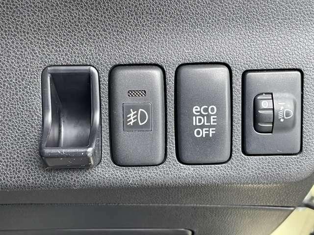 ☆運転席右側インパネにはフォグランプ、アイドリングストップ切り替えスイッチとヘッドライトレベライザーが備わっています。
