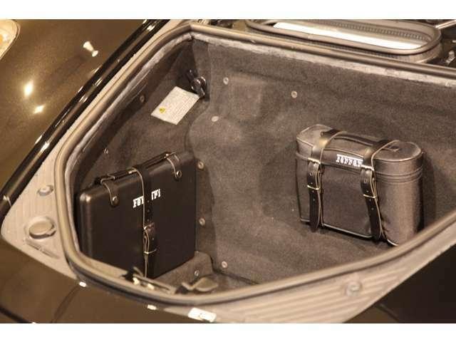 ラゲッジスペースは最低限の荷物は入ります。純正工具、バッテリー充電器も装備。